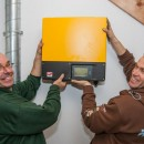 Alex en Adriaan van Robben Groene Energie laten de omvormer zien