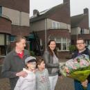 De bewoners van Het Doel, de familie Janssen, nemen de bloemen in ontvangst van Marcel Zoontjes van Energiecoöperatie Hilverstroom.